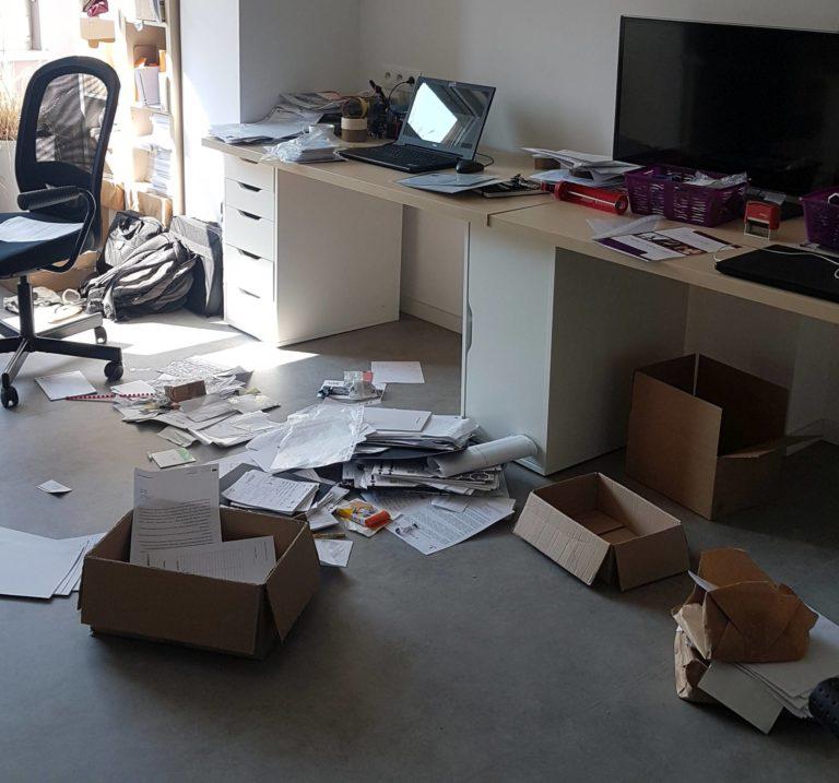 biuro z rorzuconymi dokumentami